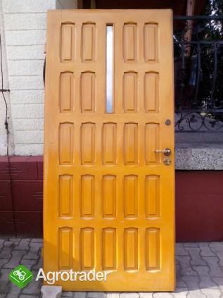 Sprzedam prawe drewniane drzwi zewnętrzne  - zdjęcie 1