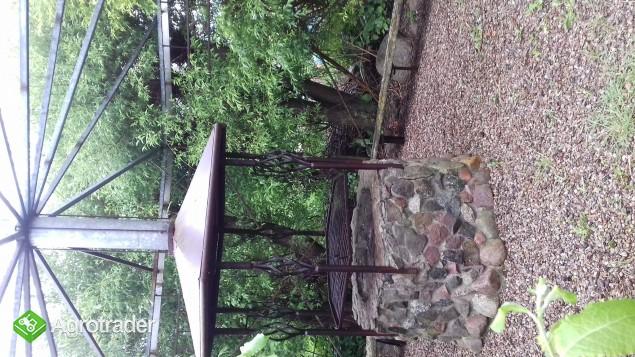Konstrukcja metalowa altany z grilem i elementami pod ławki oraz kamie - zdjęcie 1